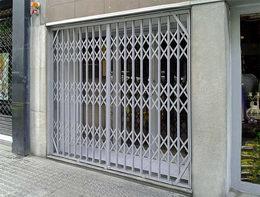 Biztonságtechnika ollós ajtórács mechanikai védelem üzlet bejáratánál