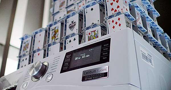 Kártyavár-világrekord centrifugázás közben az LG mosógép tetején
