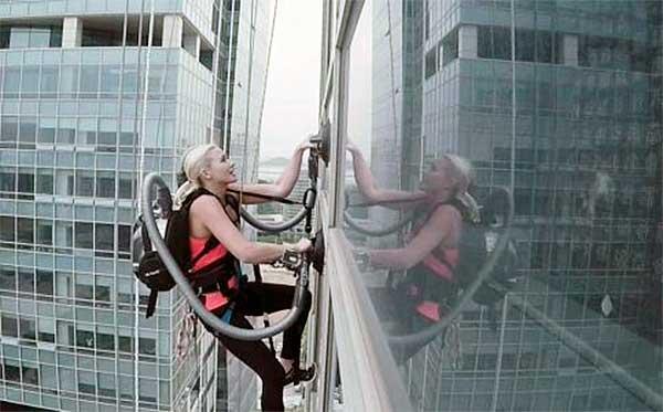 Porszívók erejét kihasználva mászta meg a felhőkarcolót