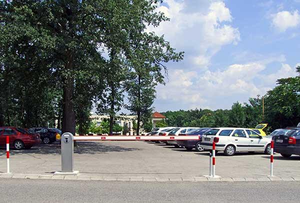 Rendezett parkoló sorompó referenciaként