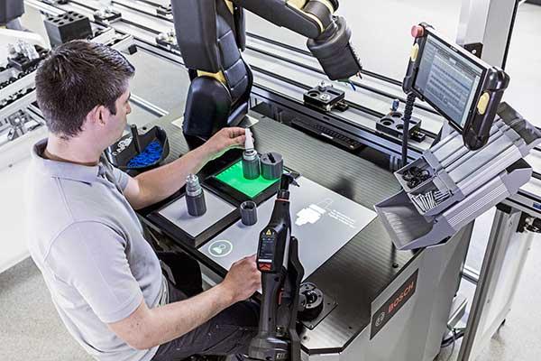 A Bosch munkatárssá változtatja a robotokat