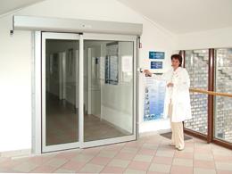 Semmelweis Egyetem 2. számú belklinika - beléptető rendszer és automata ajtó