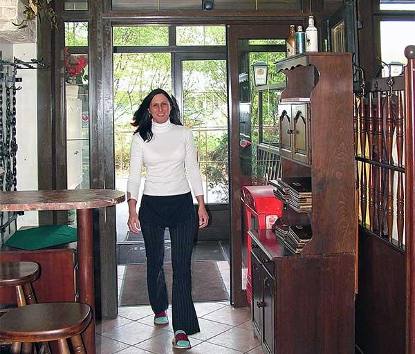 Dupla automata ajtó a Négy Évszak Étterem bejáratához