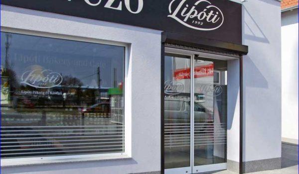 Két automata ajtó Lipóti pékségbe