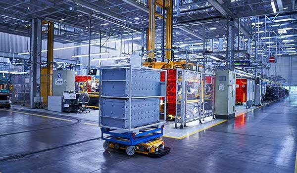 A BMW Group gyorsabbá és intelligensebbé fejleszti logisztikai robotjait