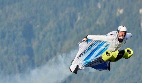 Elektromos mobilitás új dimenzióban: a BMW i przentálja a Föld első elektromos hajtással felszerelt szárnyas repülőruháját